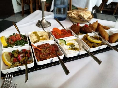 verschiedene vegetarische Mazza, dazu arabisches Brot